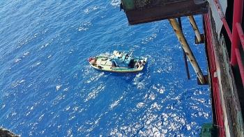 Giàn nén khí Mỏ Rồng của Vietsovpetro cứu trợ ngư dân tàu cá