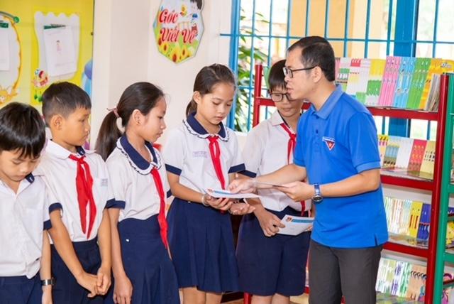 Tuổi trẻ Vietsovpetro trao tặng sách và học bổng cho học sinh nghèo xã Hòa Bình, huyện Xuyên Mộc, tỉnh BR-VT