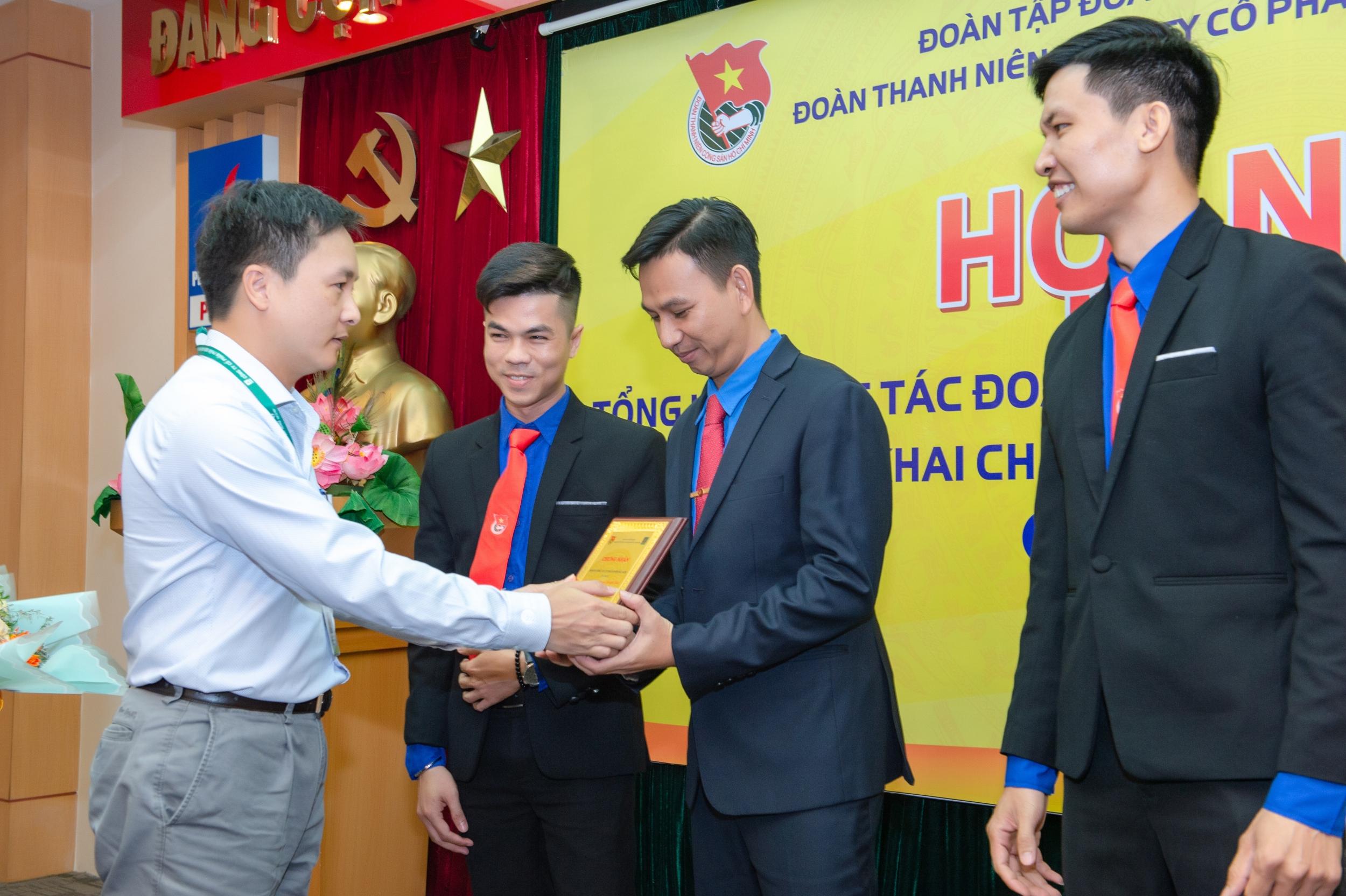 Lãnh đạo Công ty trao tặng bằng khen cho Ban thường vụ Đoàn thanh niên Công ty