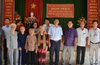 Công đoàn Ban QLDA Sông Hậu 1 tặng quà Tết cho gia đình chính sách tại thị trấn Mái Dầm