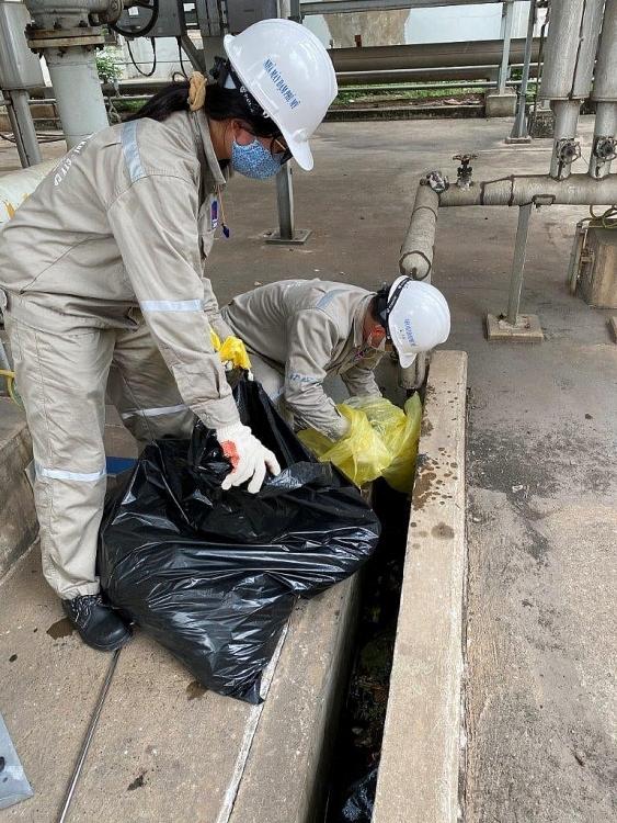 Đoàn Thanh niên PVFCCo tham gia tổng vệ sinh công nghiệp sau BDTT Nhà máy Đạm Phú Mỹ