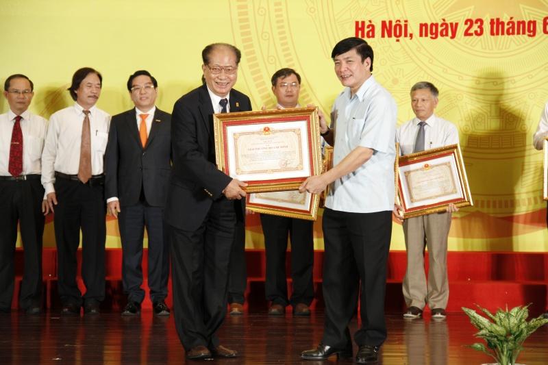 Tiến sĩ Ngô Thường San, Chủ tịch Hội Dầu khí Việt Nam nhận giải thưởng Hồ Chí Minh về KHCN.